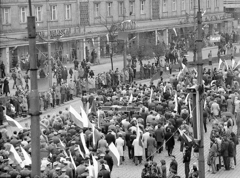 Pochód pierwszomajowy we Wrocławiu Źródło: Pochód pierwszomajowy we Wrocławiu, domena publiczna.
