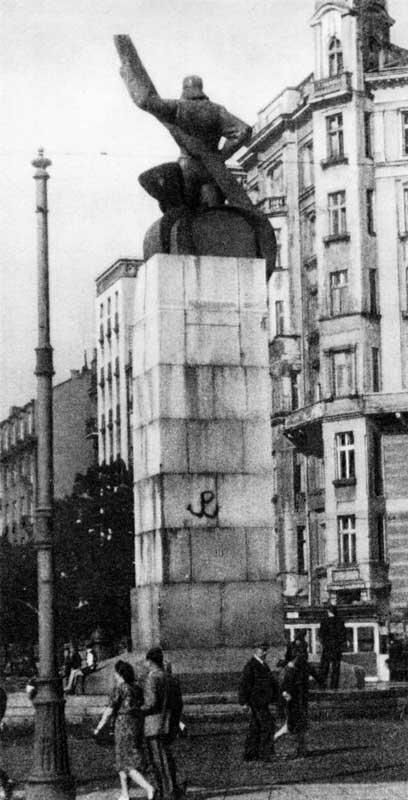 Kotwica wykonana przez Jana Bytnara na pomniku Lotnika Kotwica wykonana przez Jana Bytnara na pomniku Lotnika Źródło: Stefan Bałuk, fotografia barwna, domena publiczna.