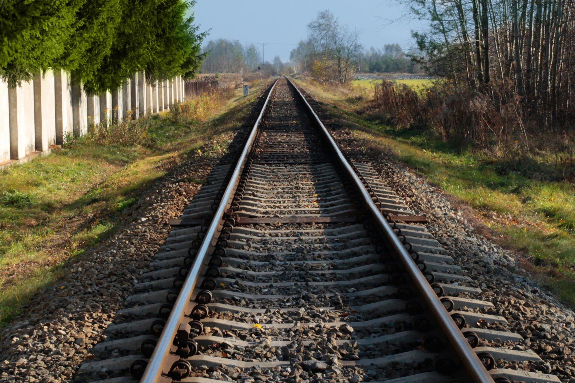 Zdjęcie torów kolejowych.