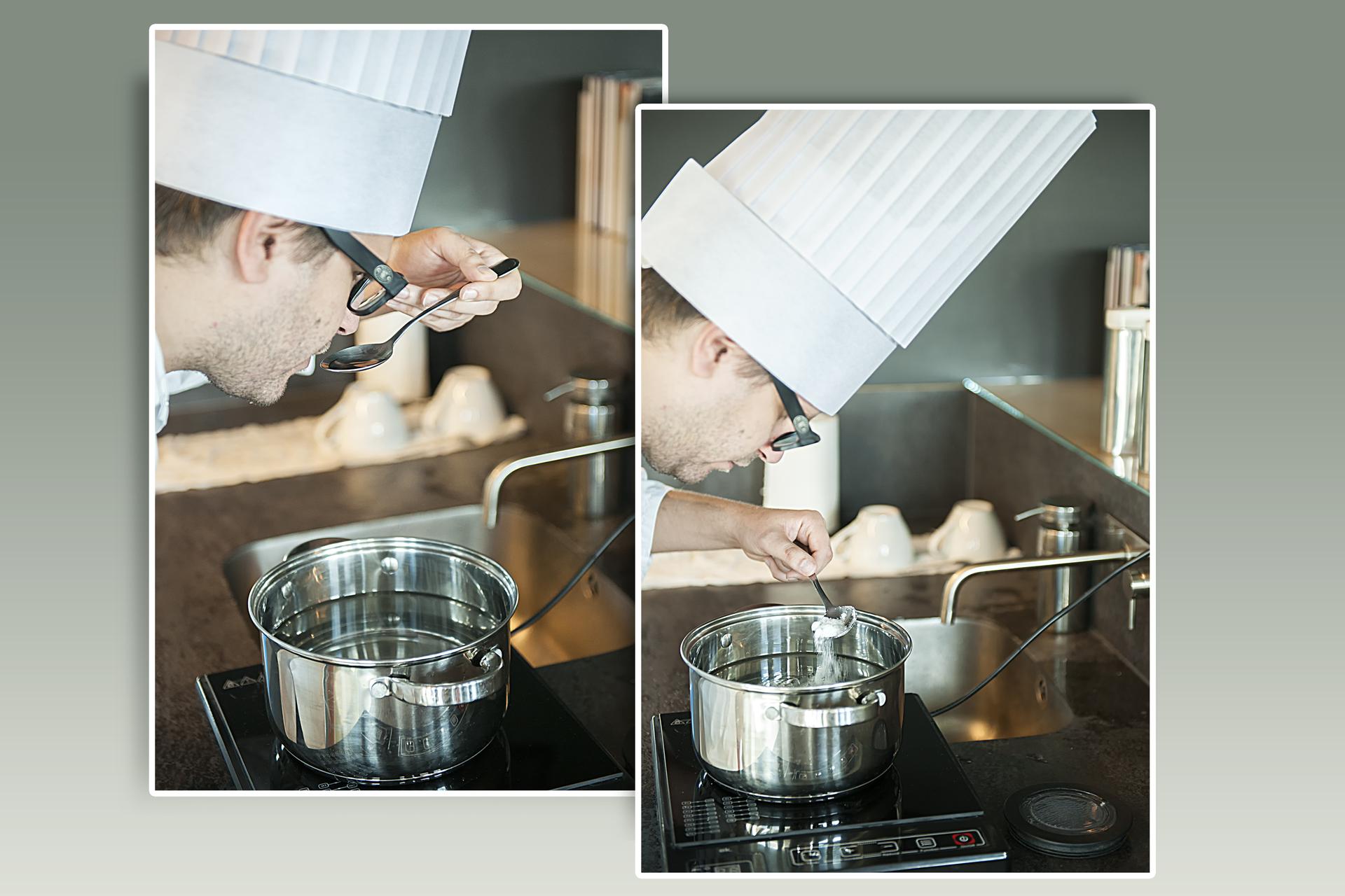Ilustracja przedstawia dwa sąsiadujące, częściowo pokrywające się zdjęcia na szarozielonym tle. Fotografie przedstawiają mężczyznę wokularach wwysokiej białej czapce kucharskiej pochylonego nad garnkiem zwodą stojącym na płycie małej kuchenki ceramicznej. Na zdjęciu po lewej stronie kucharz próbuje niewielką porcję wody na łyżce. Na zdjęciu po prawej dodaje do garnka złyżki niewielką ilość soli.