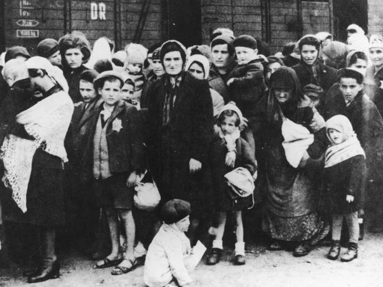 Bild 183-N0827-318 Węgierscy Żydzi poprzyjeździe do Auschwitz – selekcja na rampie (maj 1944) Źródło: Bild 183-N0827-318, Bundesarchiv, licencja: CC BY-SA 3.0.