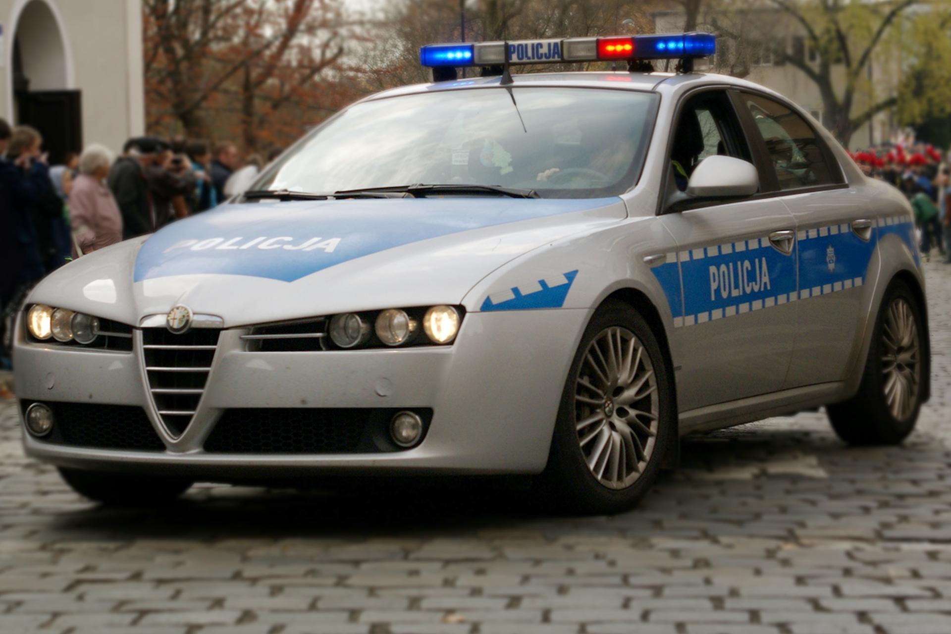 Zdjęcie ukazujące radiowóz jadący na sygnale