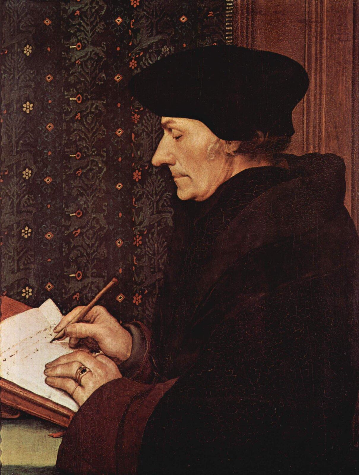 """Ilustracja przedstawia pracę Hans Holbein pod tytułem """"Portret Erazma zRotterdamu"""". Na obrazie widoczny jest portret Erazma siedzącego wpomieszczeniu inotującego coś wnotatniku za pomocą pióra. Pomieszczenie, wktórym znajduje się Erazm ma ściany koloru czerwono-brązowego. Erazm ubrany jest wdługi ciemny płaszcz ima na głowie czarną czapkę."""