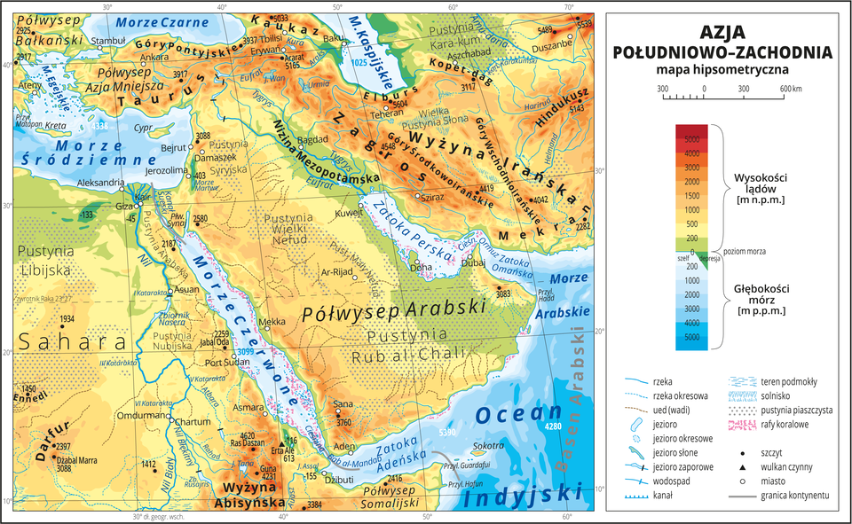 Ilustracja przedstawia mapę hipsometryczną Azji Południowo-Zachodniej. Wobrębie lądów występują obszary wkolorze zielonym, żółtym, pomarańczowym iczerwonym. Przeważają wyżyny igóry, kropkowaniem oznaczono liczne pustynie. Morza zaznaczono kolorem niebieskim. Na mapie opisano nazwy półwyspów, wysp, nizin, wyżyn ipasm górskich, mórz, zatok, rzek ijezior. Oznaczono iopisano stolice igłówne miasta. Oznaczono czarnymi kropkami iopisano szczyty górskie. Trójkątami oznaczono czynne wulkany ipodano ich wysokości. Mapa pokryta jest równoleżnikami ipołudnikami. Dookoła mapy wbiałej ramce opisano współrzędne geograficzne co dziesięć stopni. Wlegendzie umieszczono iopisano znaki użyte na mapie.