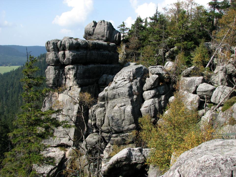 Fotografia prezentuje skały opłaskich wierzchołkach.