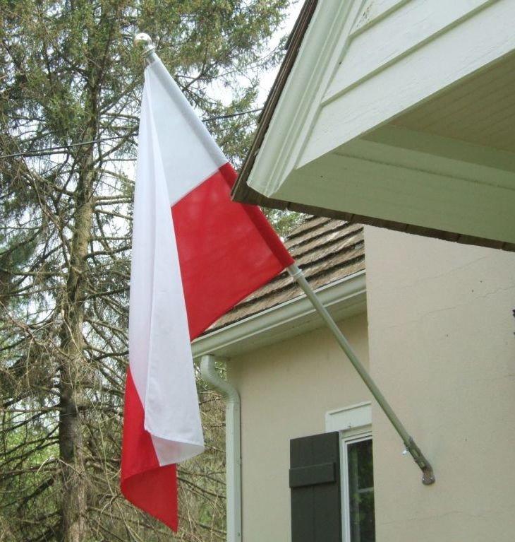 Flaga Polski na budynku mieszkalnym Flaga Polski na budynku mieszkalnym Źródło: domena publiczna.