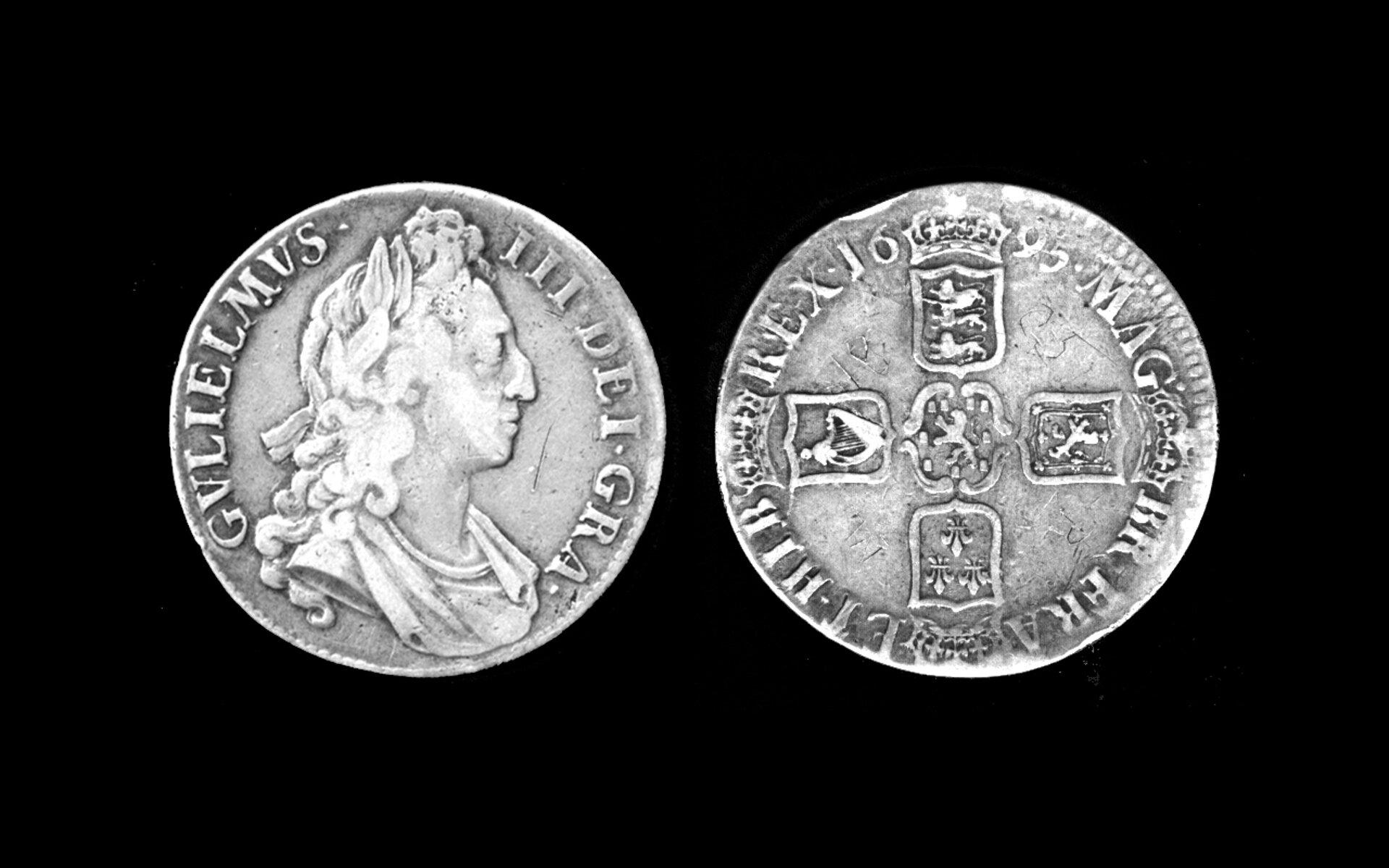 Zdjęcie przedstawia dwie srebrne monety Księcia Williama III.
