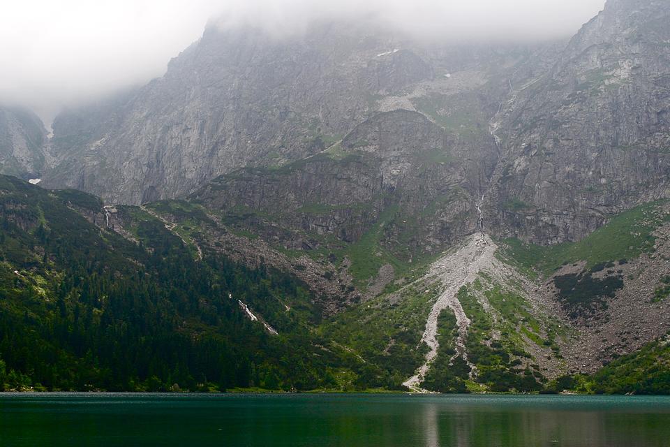 Fotografia prezentuje piargi- usypiska fragmentów skalnych- powstałe upodnóża góry stojącej nad Morskim Okiem.
