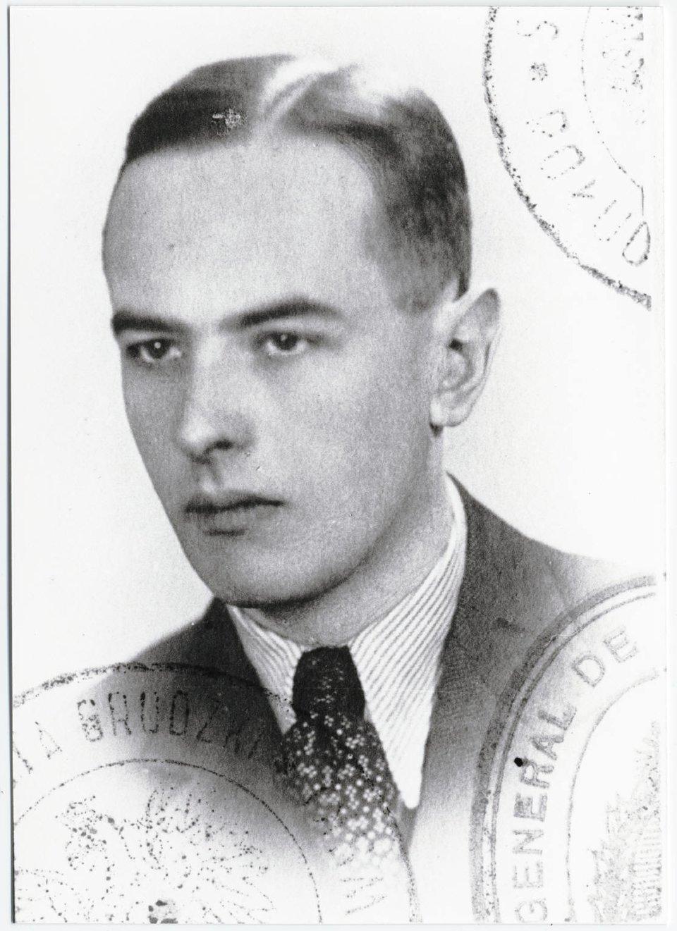 Zdjęcie paszportowe Witolda Gombrowicza, 1939 Zdjęcie paszportowe Witolda Gombrowicza, 1939 Źródło: domena publiczna.