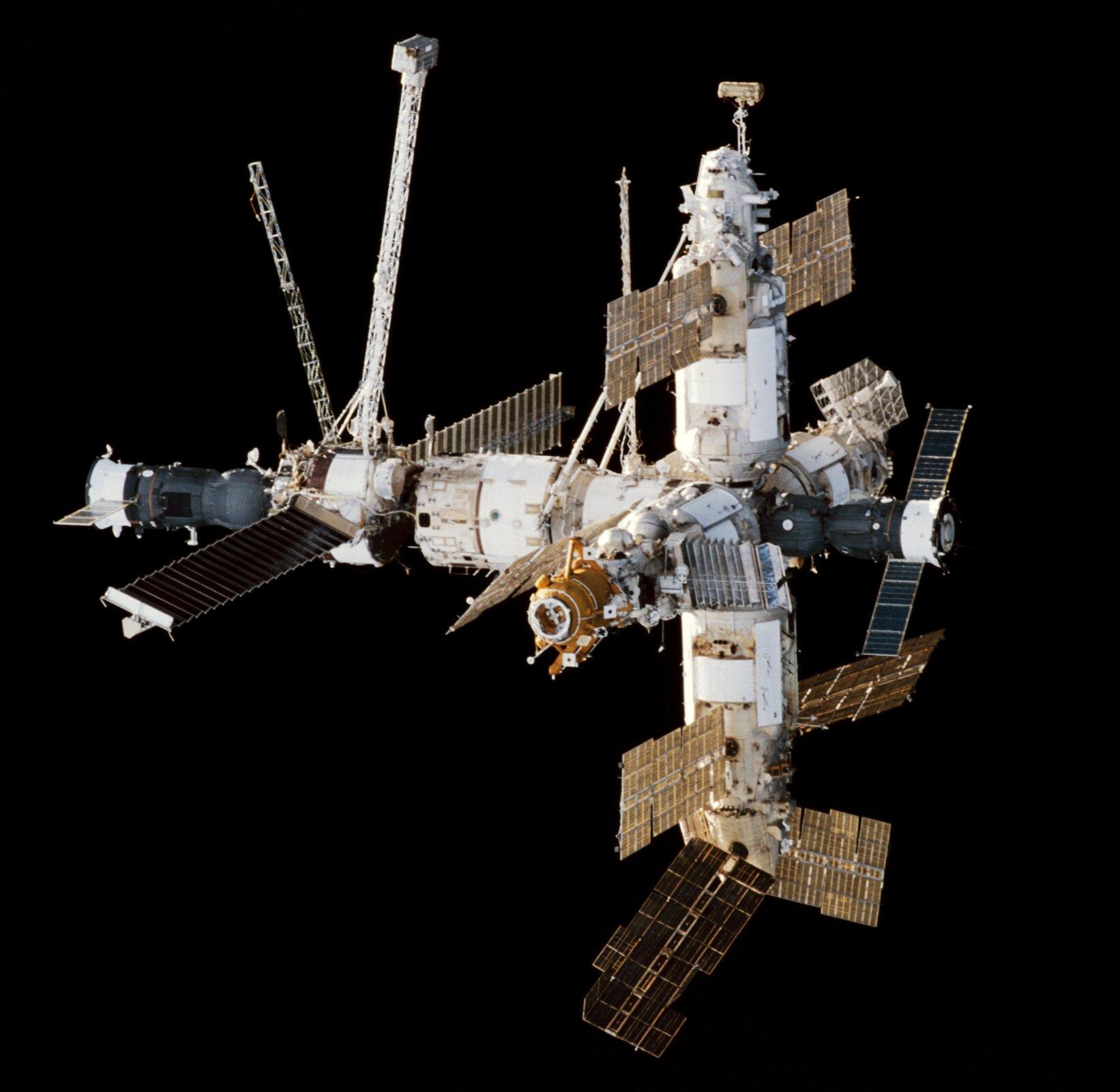 Zdjęcie stacji Mir wykonane zpromu kosmicznego