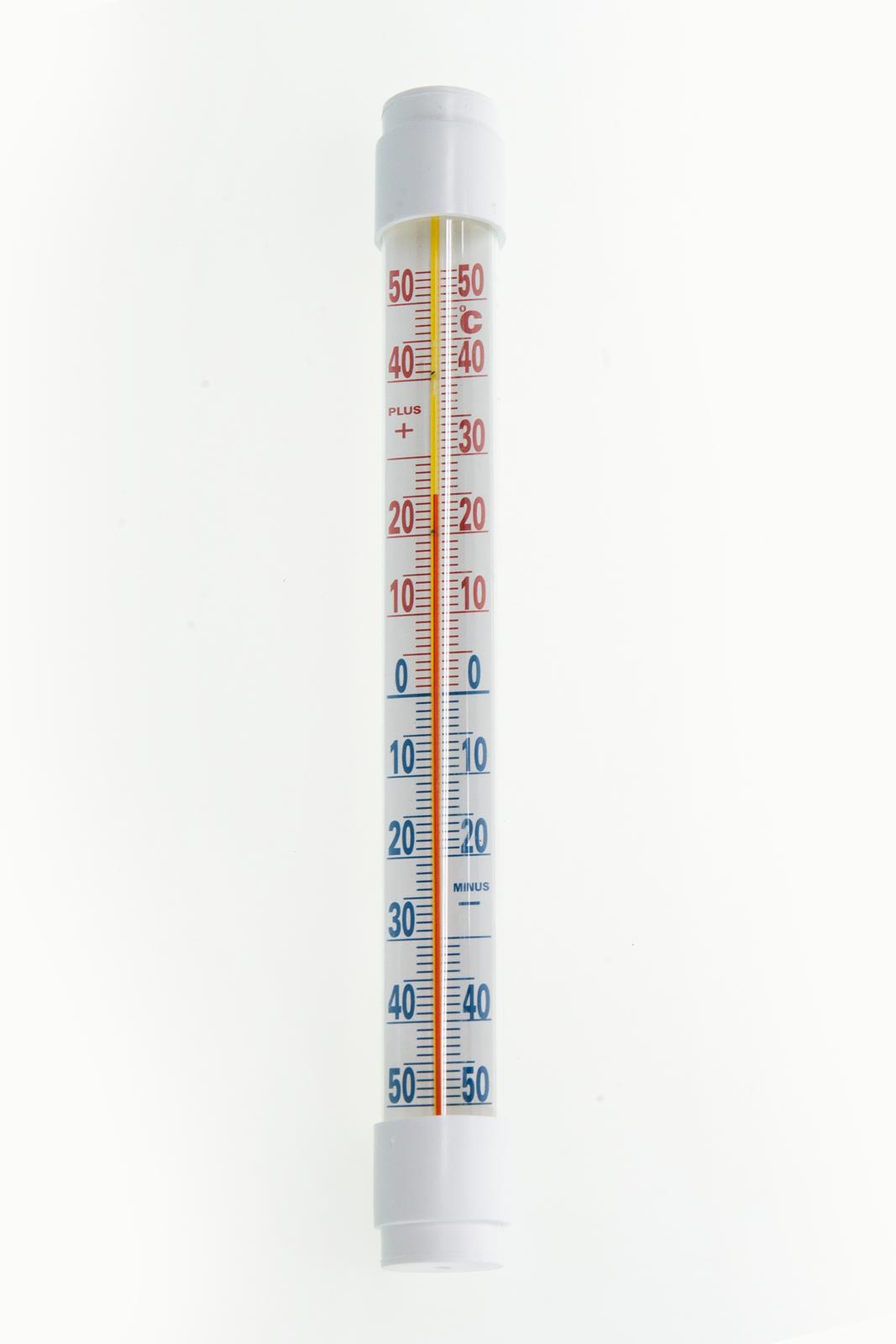 Na zdjęciu przyrząd wformie długiej białej rurki. Składa się zze zbiornika zcieczą który jest połączony zcienką szklaną rurką. Umieszczona wzdłuż niej skala umożliwia odczyt temperatury.