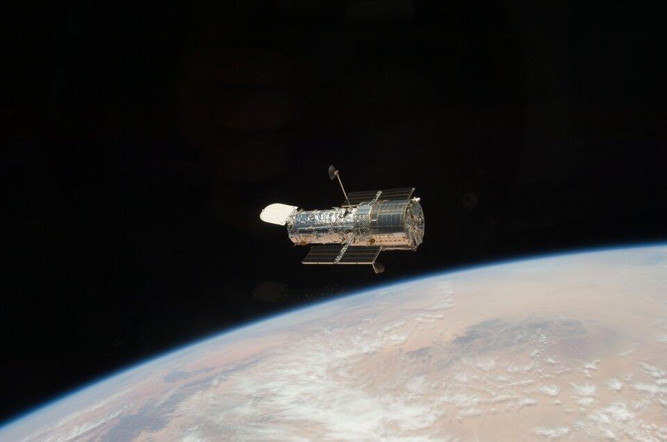 Teleskop Hubble'a znajduje się wprzestrzeni kosmicznej do 1990 r. Zdjęcie zostało zrobione podczas drugiej misji serwisowej zpokładu promu Discovery