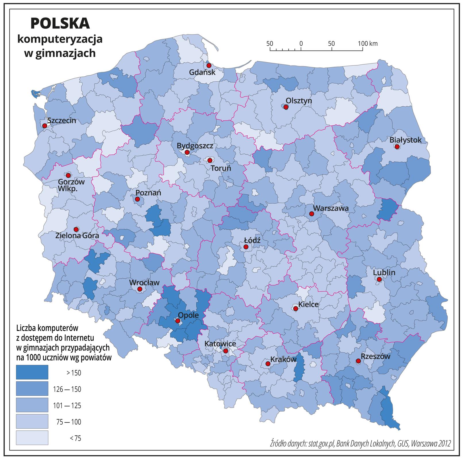 Ilustracja przedstawia mapę Polski zpodziałem na województwa ipowiaty. Granice województw zaznaczone są czerwoną linią. Granice powiatów zaznaczone są czarną linią. Powierzchnie powiatów mają kolor niebieski, użyto pięciu odcieni – od błękitnego do ciemnoniebieskiego. Nasyceniem kolorów oznaczono liczbę komputerów zdostępem do Internetu wgimnazjach przypadających na tysiąc uczniów. Poszczególne kolory rozkładają się nierównomiernie iwystępują na mapie wzbliżonych ilościach. Najciemniejszy kolor jest wwojewództwie opolskim. Czerwonymi kropkami zaznaczono miasta wojewódzkie. Po lewej stronie mapy na dole wlegendzie umieszczono wpionie pięć prostokątów. Najciemniejszy – ciemnoniebieski oznacza największą liczbę komputerów zdostępem do Internetu wgimnazjach przypadających na tysiąc uczniów – powyżej sto pięćdziesiąt. Najjaśniejszym kolorem oznaczono powiaty, wktórych liczba komputerów zdostępem do Internetu wgimnazjach przypadających na tysiąc uczniów wynosi mniej niż siedemdziesiąt pięć.