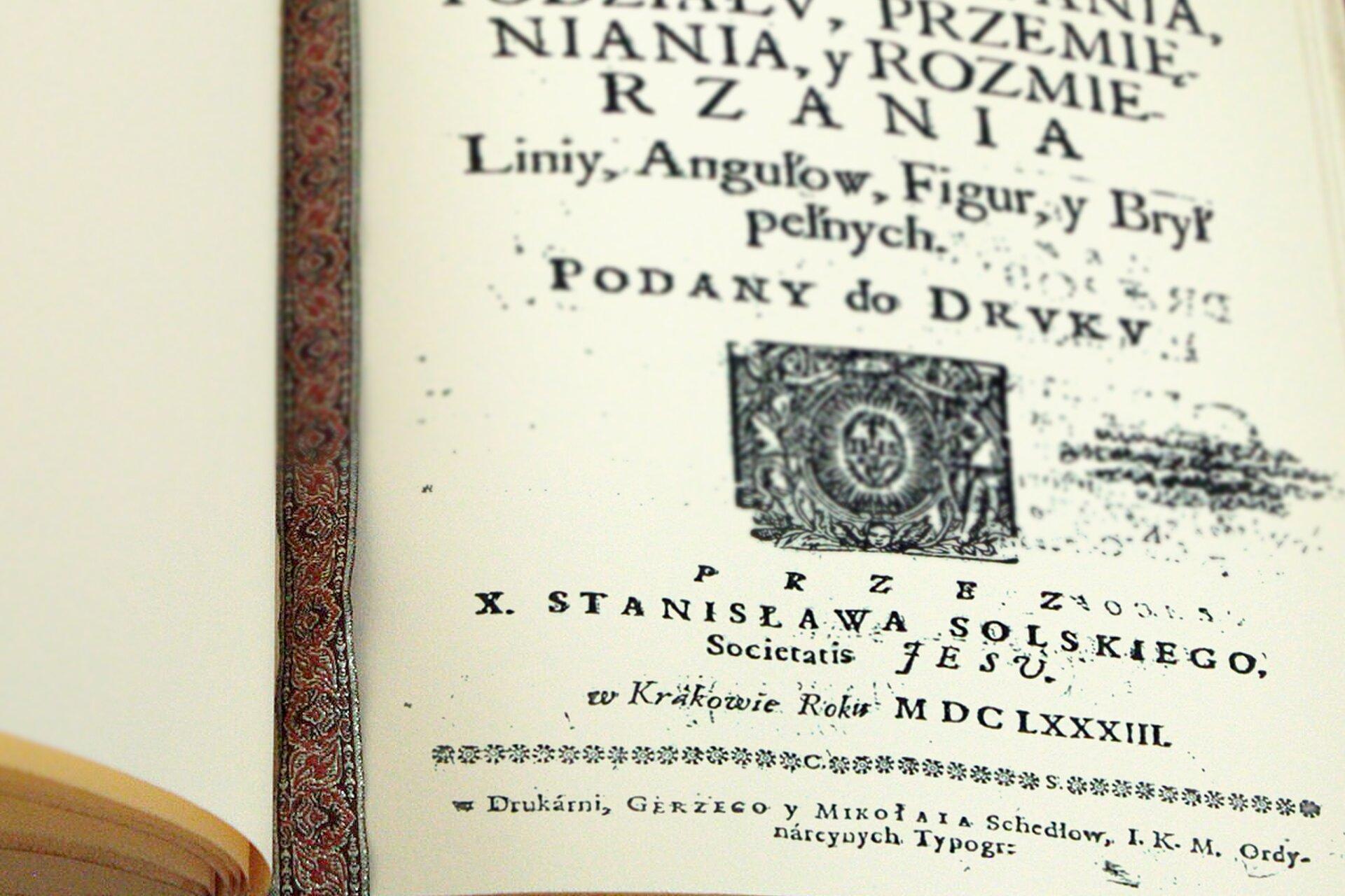 Rysunek strony tytułowej książki zwidocznym rokiem wydania. Zapis wsystemie rzymskim MDCLXXXIII.