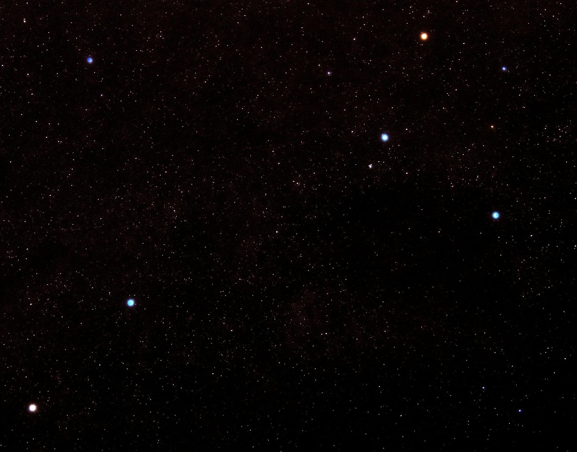 Na zdjęciu wiele mniejszych gwiazd ikilka większych, jaśniejszych, układających się na niebie wkształt krzyża.