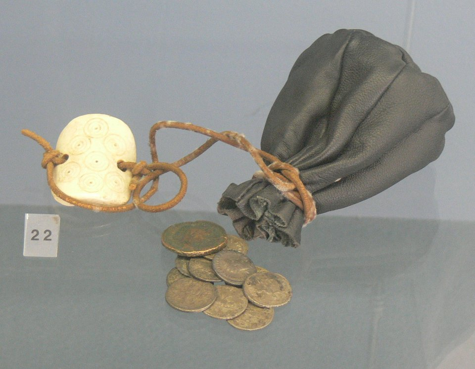 Fotografia przedstawiająca model skórzanej sakiewki ze starożytnego Rzymu.