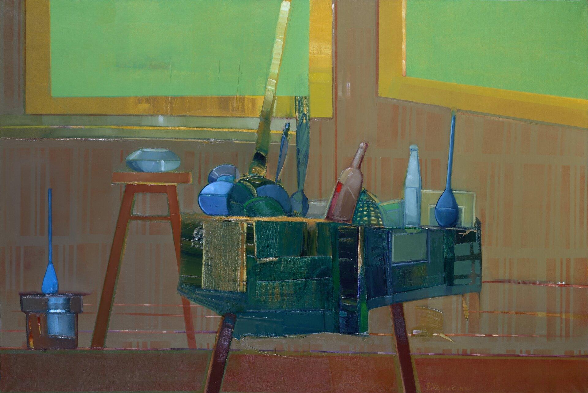"""Ilustracja przedstawia obraz olejny """"Martwa natura"""" autorstwa Piotra Klugowskiego. Dzieło ukazuje ustawiony we wnętrzu stolik zumieszconymi na nim podłużnymi iokrągłymi przedmiotami przypominającymi butelki, garnki ipatelnie. Ze stolika zwisa niebiesko-zielona draperia. Na dalszym planie obrazu znajduje się brązowa ściana zzawieszonymi na niej obrazami ozielonych płaszczyznach płótna izłotych ramach. Pod ścianą, po lewej stronie, stoi wysoki, brązowy stołek zniebieskim naczyniem aobok niego brązowo-niebieskie wiadro. Obraz cechuje się dużym, niemal kubistycznym uproszczeniem form. Dla artysty nie jest ważny detal. Przy pomocy prostych środków wyrazu stara się oddać charakter przedstawionych przedmiotów. Praca wykonana została wchłodnej, niebiesko-zielono-brązowej tonacji barw zakcentami złotych żółci."""
