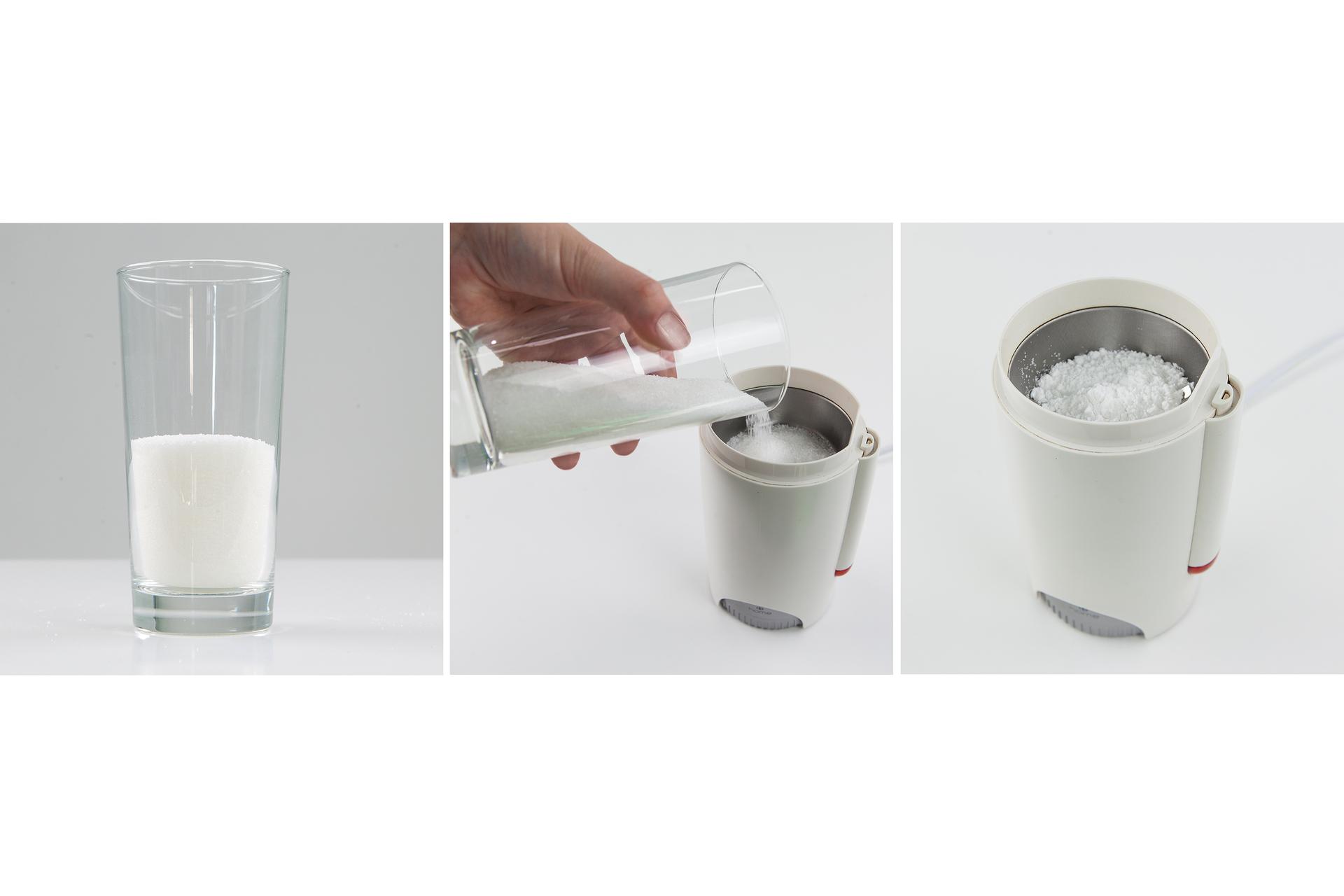 Ilustracja prezentuje trzy zdjęcia umieszczone obok siebie. Na pierwszym od lewej znajduje się szklanka stojąca na białym blacie wypełniona do połowy cukrem. Środkowe ilustruje przesypywanie tego cukru ze szklanki do młynka do kawy. Trzecie zdjęcie przedstawia ujęcie cukru pudru powstałego po zmieleniu kryształków.