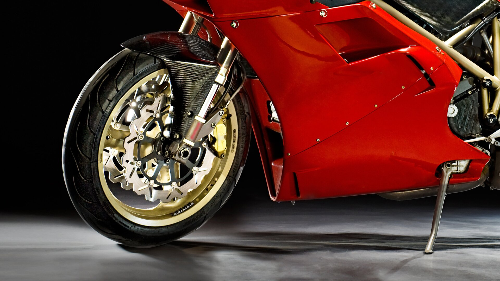 Błotnik koła motocykla wytworzony zwysokiej trwałości włókien węglowych