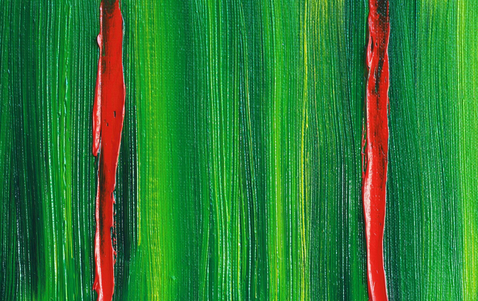 Ilustracja przedstawia kontrast barw dopełniających. Tło wodcieniach zieleni przecinają dwie czerwone pionowe linie.