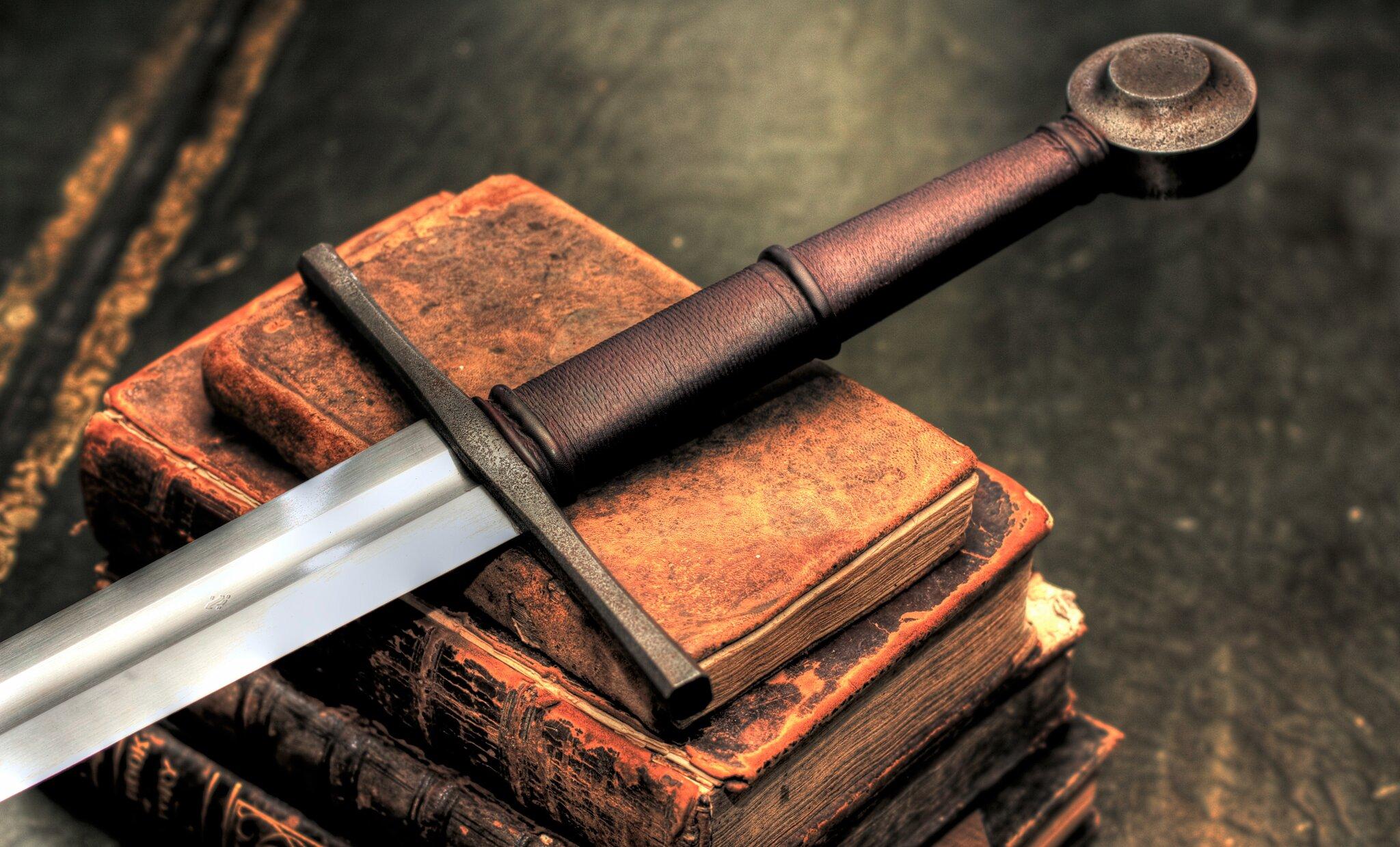 Replika średniowiecznego miecza Replika średniowiecznego miecza Źródło: Quinn Wilson, fotografia barwna, licencja: CC BY 2.0.