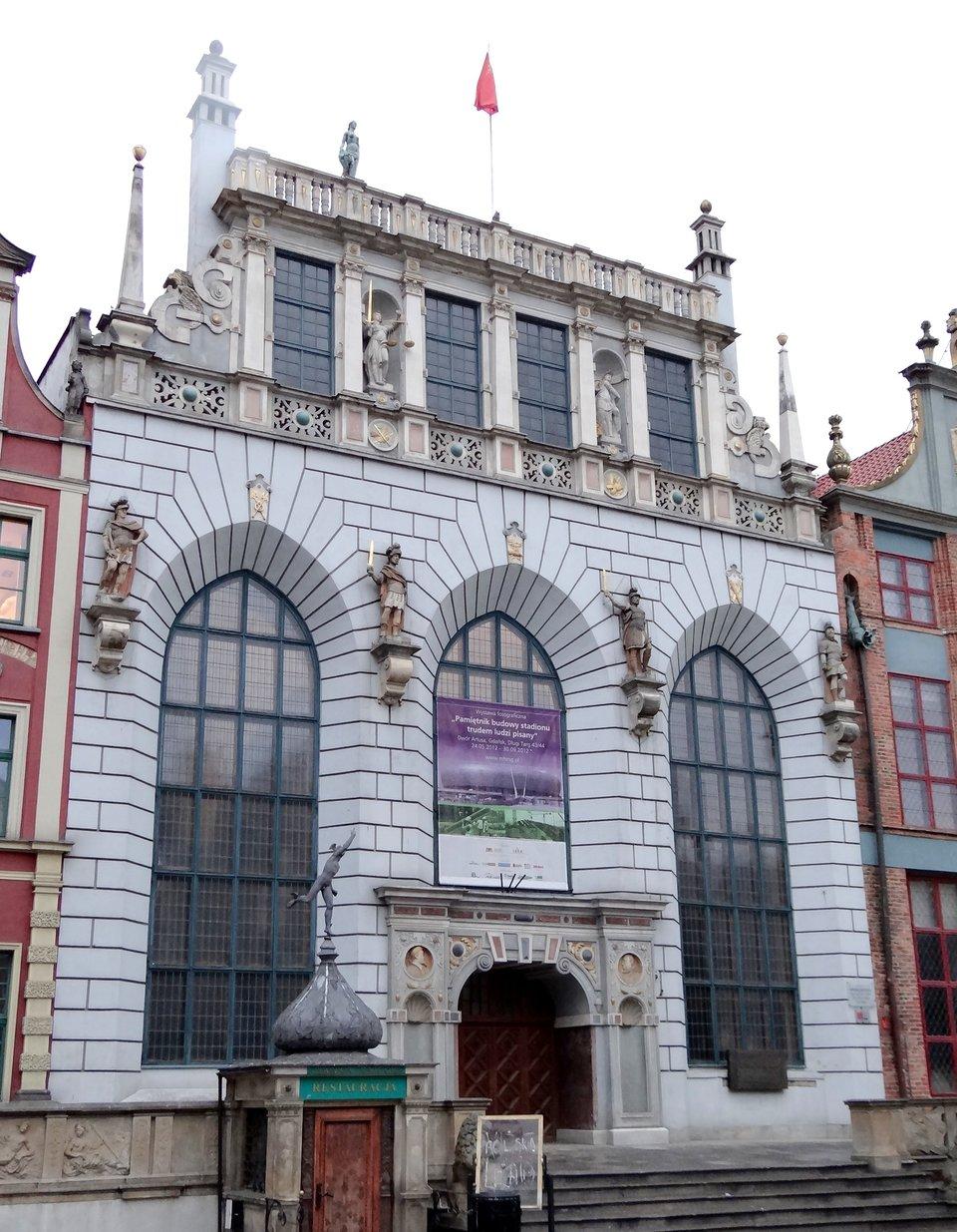 Dwór Artusa wGdańsku Źródło: Rafał Peplinski, Dwór Artusa wGdańsku, Wikimedia Commons, licencja: CC BY-SA 3.0.
