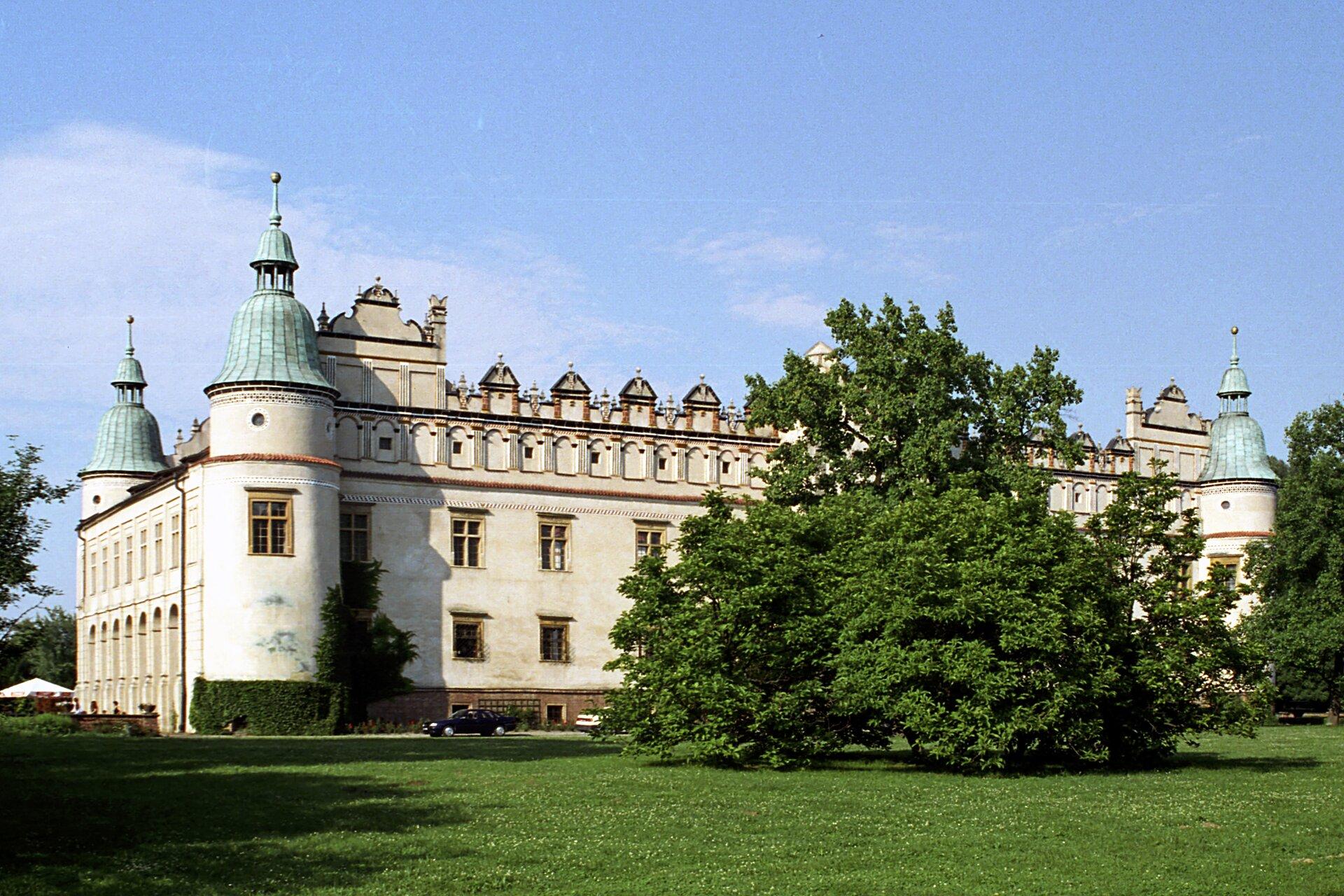 Zamek wBaranowie, widok zzewnątrz Zamek wBaranowie, widok zzewnątrz Źródło: Jerzy Strzelecki, Wikimedia Commons, licencja: CC BY-SA 3.0.