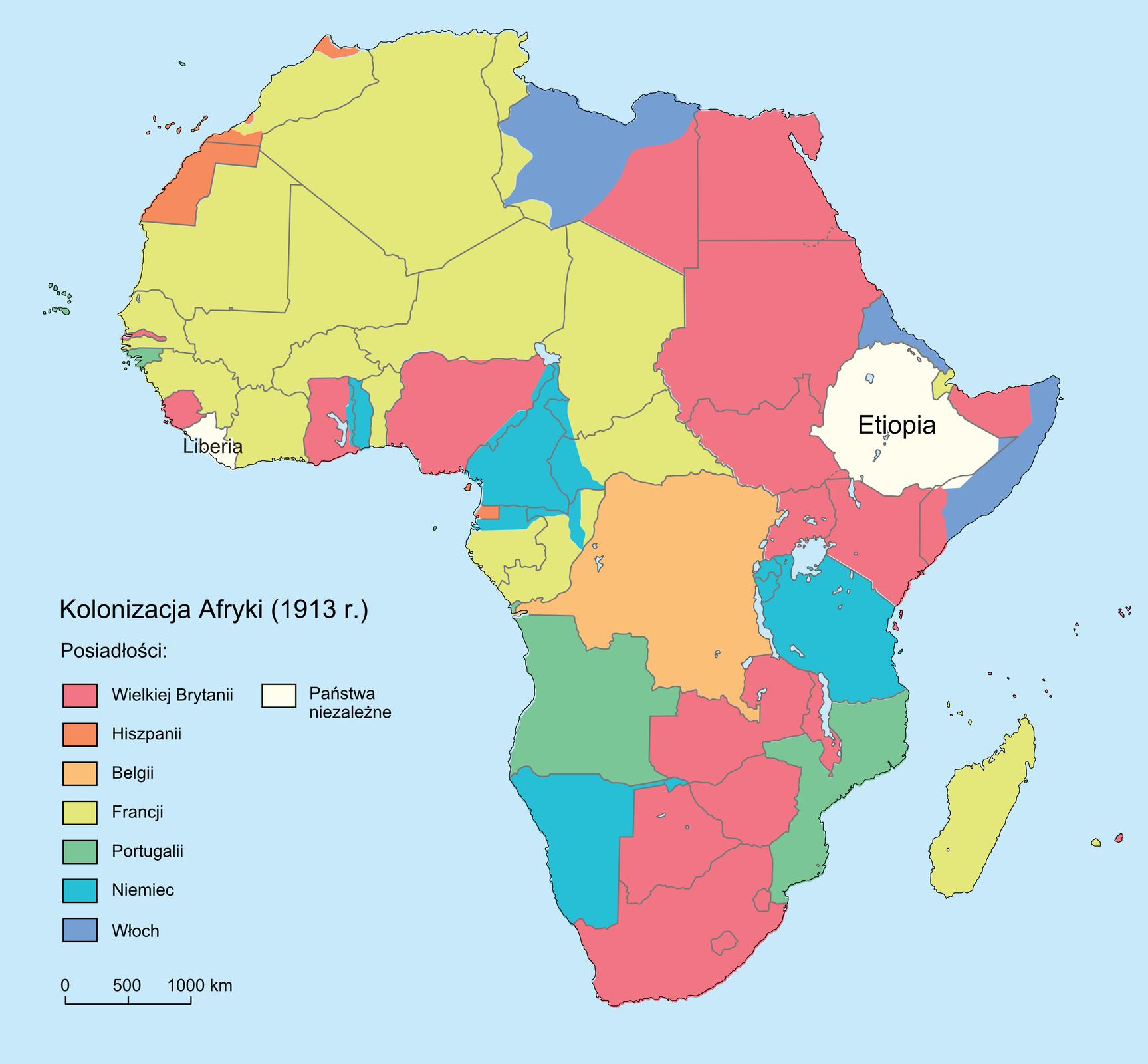 Ilustracja przedstawia mapę kolonizacji Afryki zdokładnym podziałem na posiadłości. Obok mapy, na lewo, legenda. Kolor różowy to liczne posiadłości Wielkiej Brytanii wpołudniowej iwschodniej części Afryki. Trzy niewielkie posiadłości na zachodnim wybrzeżu. Ciemno pomarańczowy kolor to posiadłości Hiszpanii. Niewielkie dwie posiadłości znajdują się na północno-zachodnim wybrzeżu. Jasno pomarańczowy kolor to posiadłości Belgii wcentrum Afryki. Żółty kolor to liczne posiadłości Francji, wzachodniej ipółnocnej części Afryki. Dwie posiadłości Portugalii na południu, kolor zielony. Posiadłości Niemiec to cztery niebieskie obszary, na południowym, wschodnim izachodnim wybrzeżu. Granatowy kolor to posiadłości Włoch na wschodnim wybrzeżu oraz niewielki obszar na północnym wybrzeżu. Biały kolor to dwa niezależne państwa. Etiopia we wschodniej części oraz Liberia na zachodnim wybrzeżu.