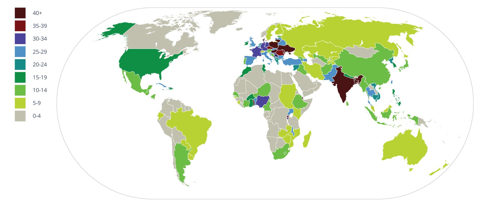 Ilustracja przedstawia poglądową mapę świata. Na kontynentach różnymi kolorami wposzczególnych krajach zaznaczono procentowy udział pól uprawnych wich powierzchni. Brązowy kolor oznacza najwyższy udział, ponad 40 procent. Szary kolor oznacza poniżej czterech procent pól uprawnych wdanym kraju.