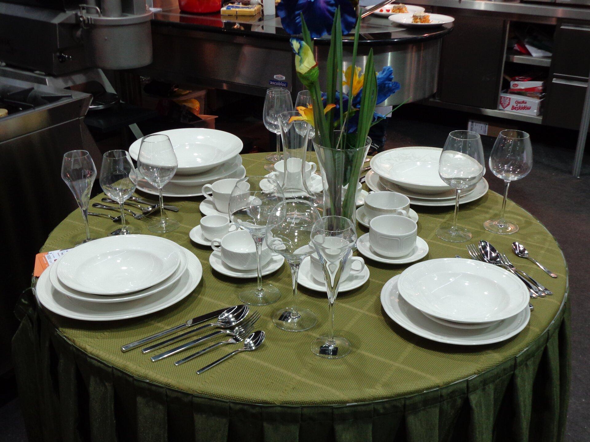 Nakrycie stołu prezentowane podczas Targów HORECA 2013 wKrakowie Źródło: Nakrycie stołu prezentowane podczas Targów HORECA 2013 wKrakowie, 2013, licencja: CC BY-SA 3.0.