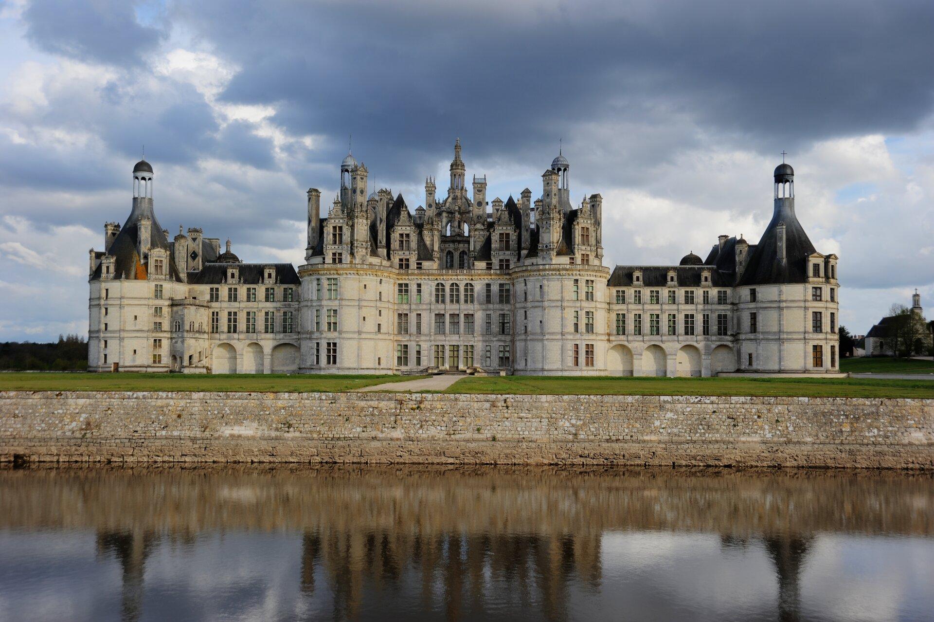 Pałac wChambord (1519-1559).Pałacwzniesiony na rozkaz królów Francji Franciszka Ioraz Henryka II. Pałac wChambord (1519-1559).Pałacwzniesiony na rozkaz królów Francji Franciszka Ioraz Henryka II. Źródło: LaurentC92, Wikimedia Commons, licencja: CC BY-SA 3.0.