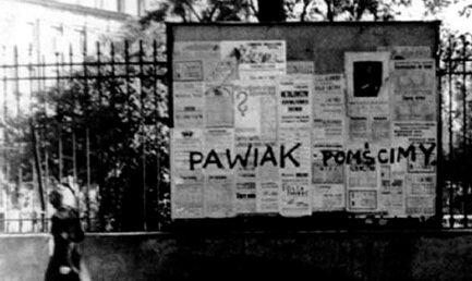 """Napis wykonany wczerwcu 1943 rokuprzez harcerzy zOrganizacji Małego Sabotażu""""Wawer"""" Napis wykonany wczerwcu 1943 rokuprzez harcerzy zOrganizacji Małego Sabotażu""""Wawer"""" Źródło: domena publiczna."""