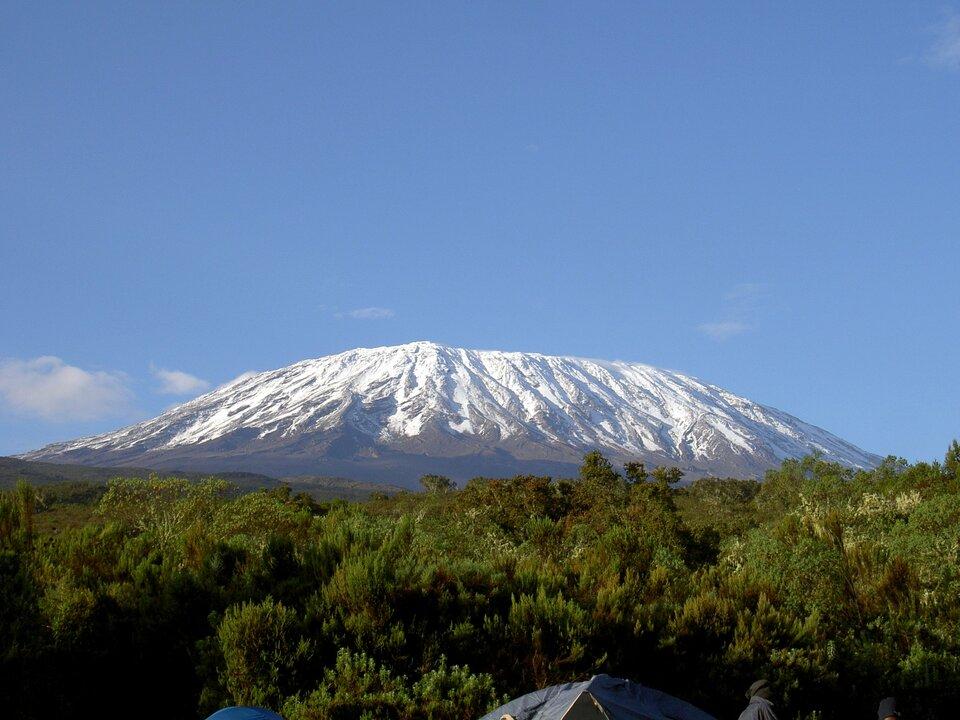 Na zdjęciu szczyt ośnieżony szczyt górski opłaskim wierzchołku.