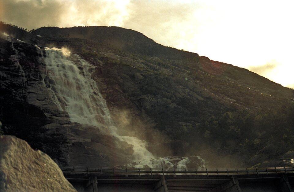 Na zdjęciu wodospad spadający ze skalistego stoku. Góry pozbawione roślinności.