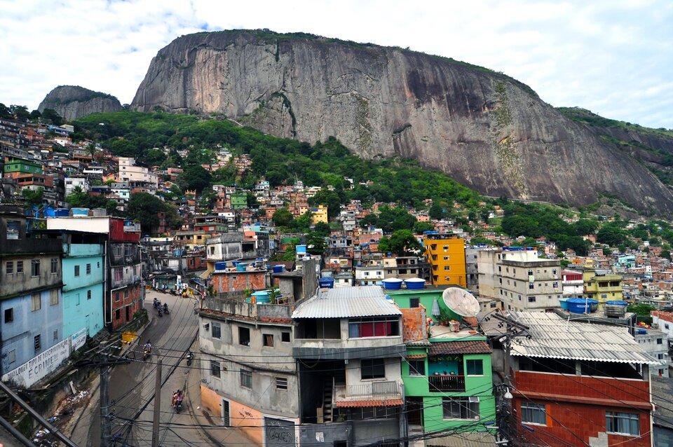 Na zdjęciu gęsta zabudowa ustóp skalistej góry. Na dachach zbiorniki na wodę.