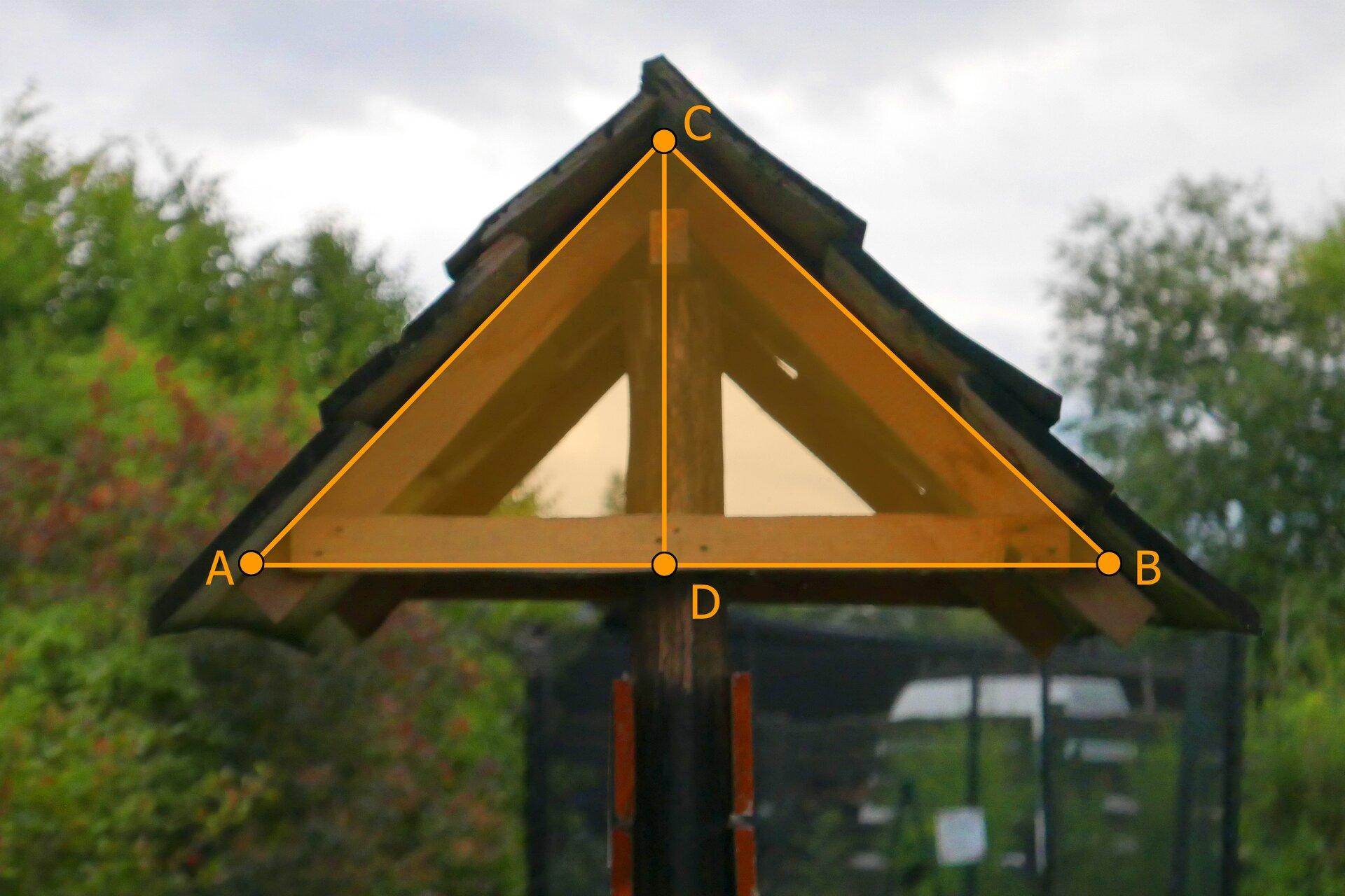 Rysunek przodu domku letniskowego okształcie trójkąta równoramiennego ABC. Wysokość CD opuszczona jest na bok AB.