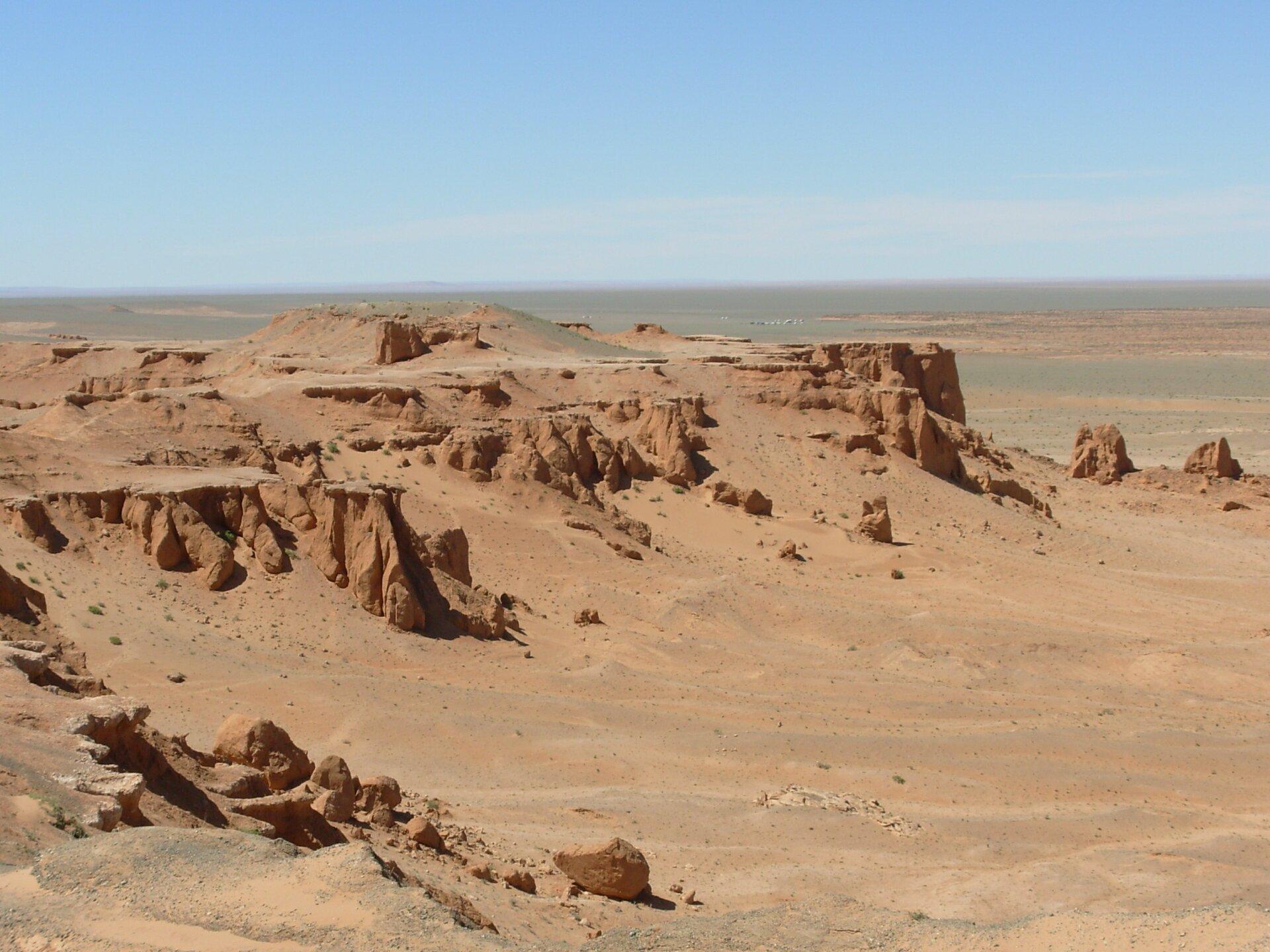 Na zdjęciu rozległa pustynia. Ostańce.