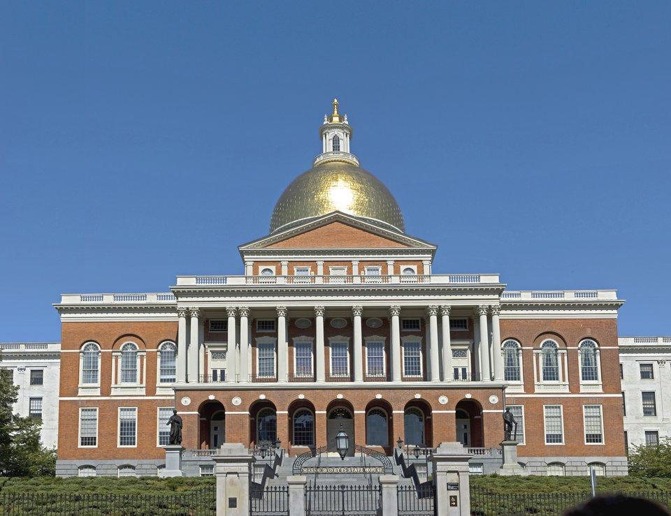 Budynek Kapitolu czylilokalnego parlamentu dla stanu Massachusetts wBostonie. Budynek Kapitolu czylilokalnego parlamentu dla stanu Massachusetts wBostonie. Źródło: Fcb981, Wikimedia Commons, licencja: CC BY-SA 3.0.