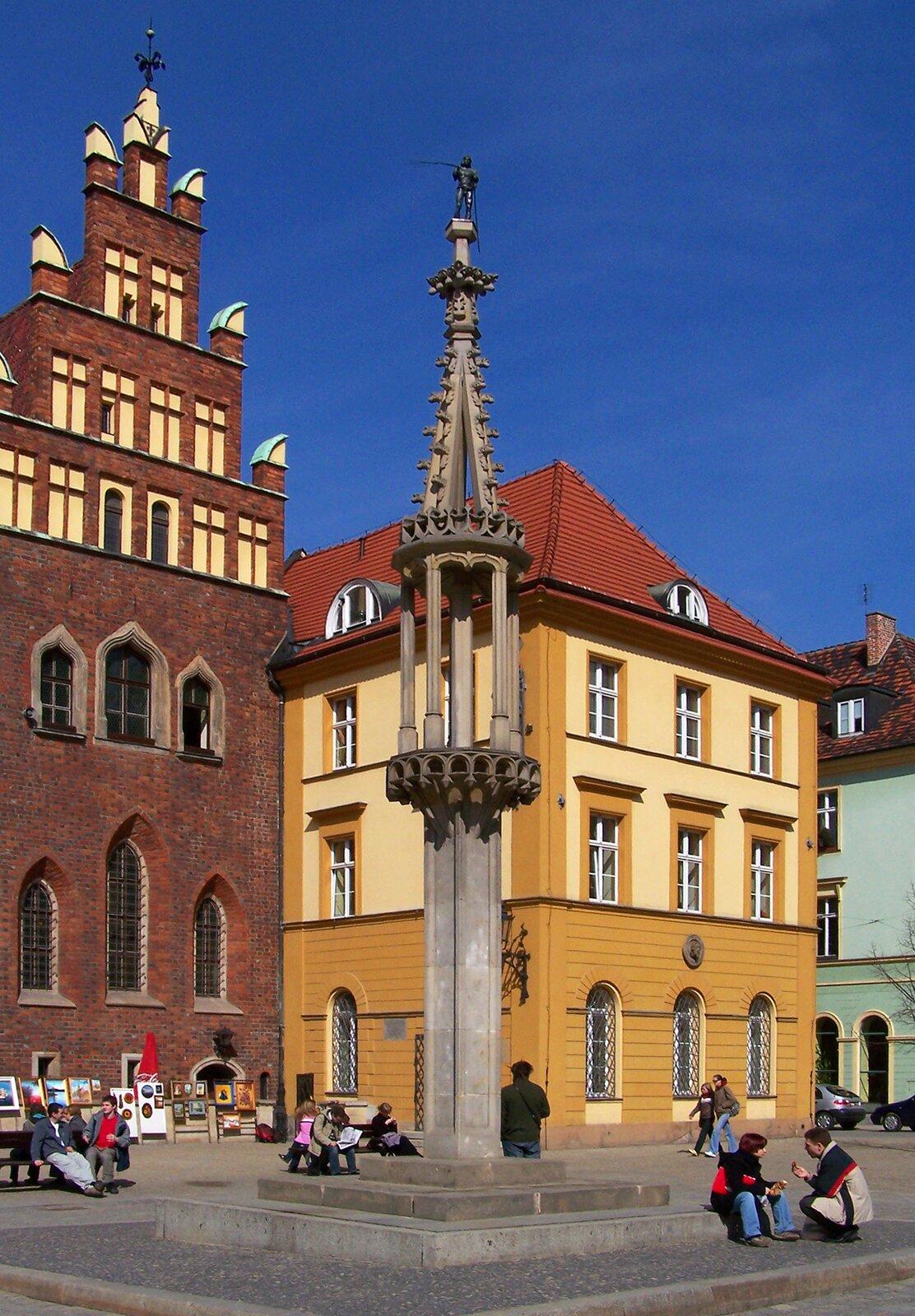 Pręgierz narynku we Wrocławiu. Dawniej wykonywano przy nim kary (na przykład chłosty), adziś to ulubione miejsce spotkań młodzieży. Był to słup, do którego przywiązywano złoczyńców (na przykład złodziei lub oszustów). Pręgierze były stawiane wcentrum miasta na rynku Pręgierz narynku we Wrocławiu. Dawniej wykonywano przy nim kary (na przykład chłosty), adziś to ulubione miejsce spotkań młodzieży. Był to słup, do którego przywiązywano złoczyńców (na przykład złodziei lub oszustów). Pręgierze były stawiane wcentrum miasta na rynku Źródło: Lestat, Wikimedia Commons, licencja: CC BY-SA 3.0.