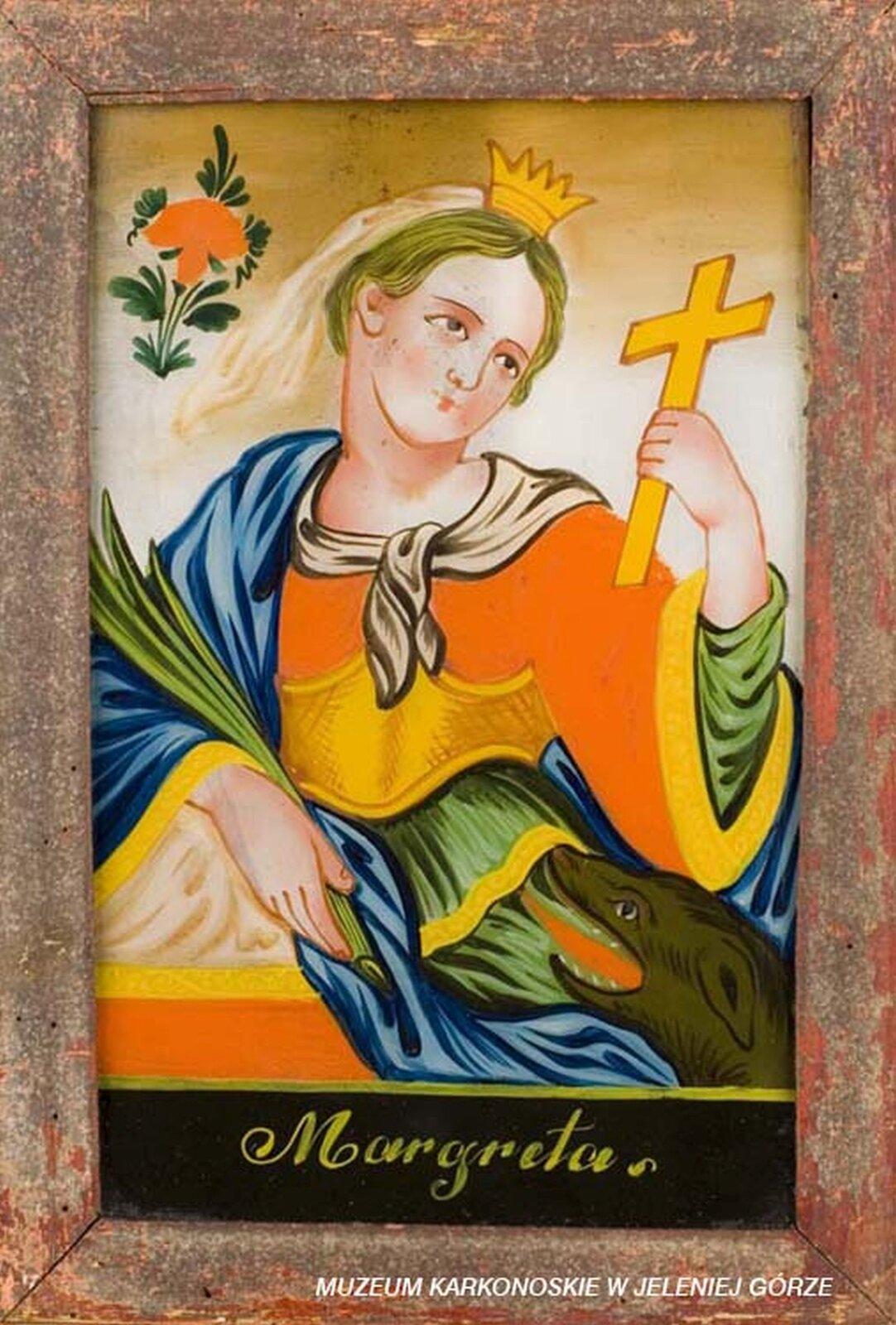 Ilustracja przedstawia malowidło na szkle, które ukazuje świętą Małgorzatę. Na głowie kobieta ma założoną koronę iwelon. Ubrana jest wpomarańczowo-zieloną suknię. Na ramieniu przerzucony ma płaszcz. Wprawej dłoni trzyma palmę, awlewej krzyż. Wprawym dolnym roku znajduje się głowa smoka. Tło zdobi czerwony kwiat. Udołu znajduje się napis Margarita.