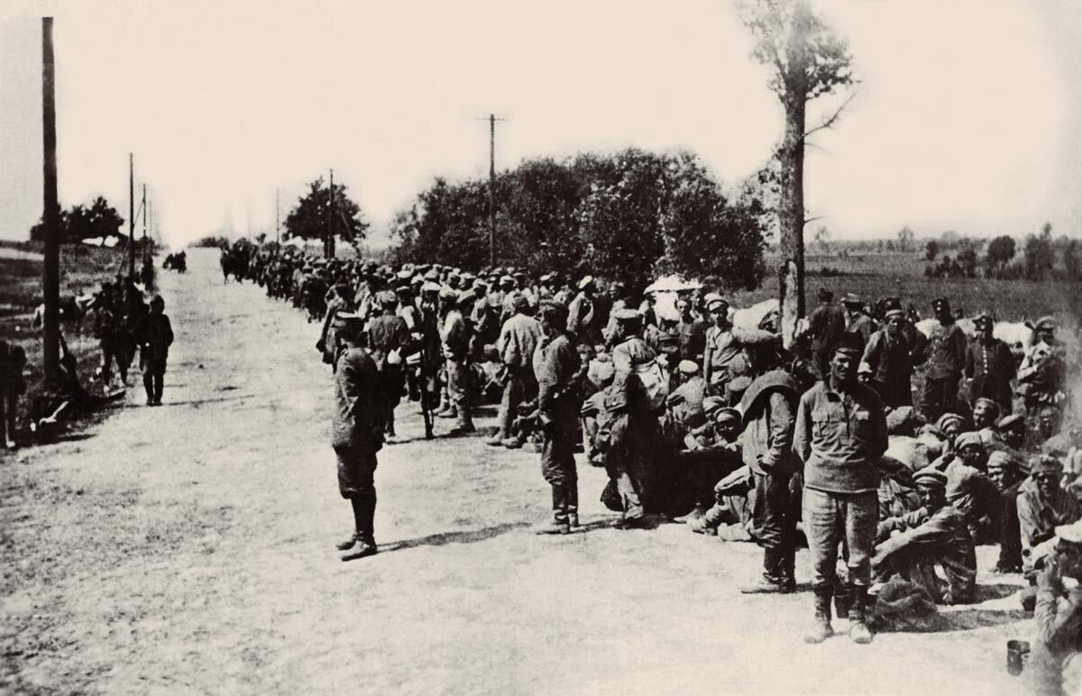 Jeńcy bolszewiccy po Bitwie Warszawskiej Źródło: Jeńcy bolszewiccy po Bitwie Warszawskiej, Fotografia, domena publiczna.
