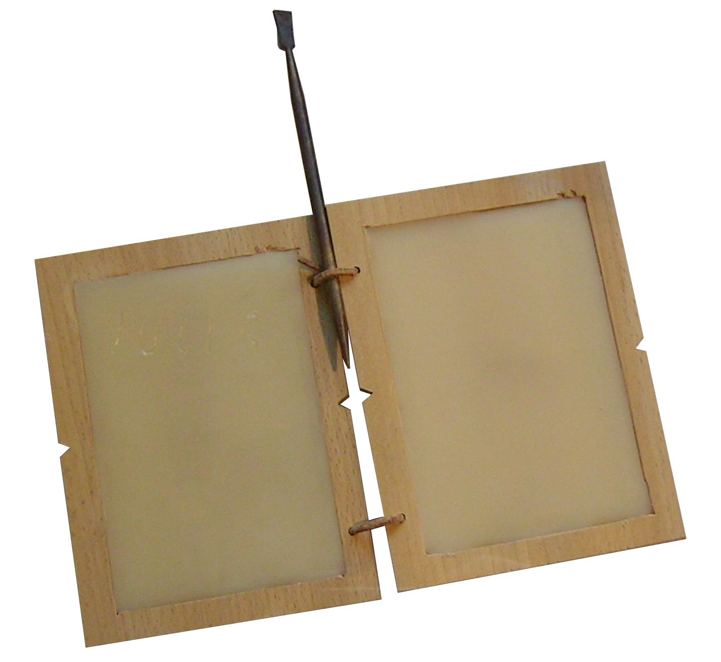 Rekonstrukcja rzymskiego dyptyku, który tworzą dwie połączone ze sobą drewniane tabliczki Rekonstrukcja rzymskiego dyptyku, który tworzą dwie połączone ze sobą drewniane tabliczki Źródło: Sippel2707, Wikimedia Commons, licencja: CC BY-SA 3.0.