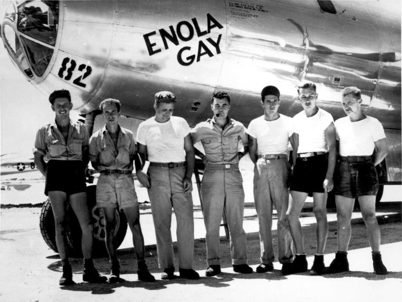 Na zdjęciu część załogi samolotu, który zrzucił bombę na Hiroszimę Źródło: Na zdjęciu część załogi samolotu, który zrzucił bombę na Hiroszimę , domena publiczna.