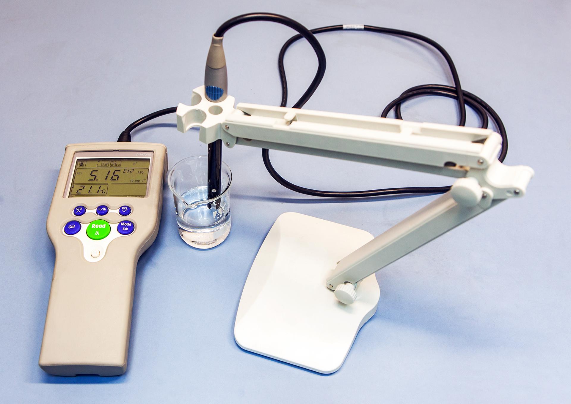 Zdjęcie pokazuje badanie przewodnictwa prądu elektrycznego przez wodny roztwór kwasu octowego.