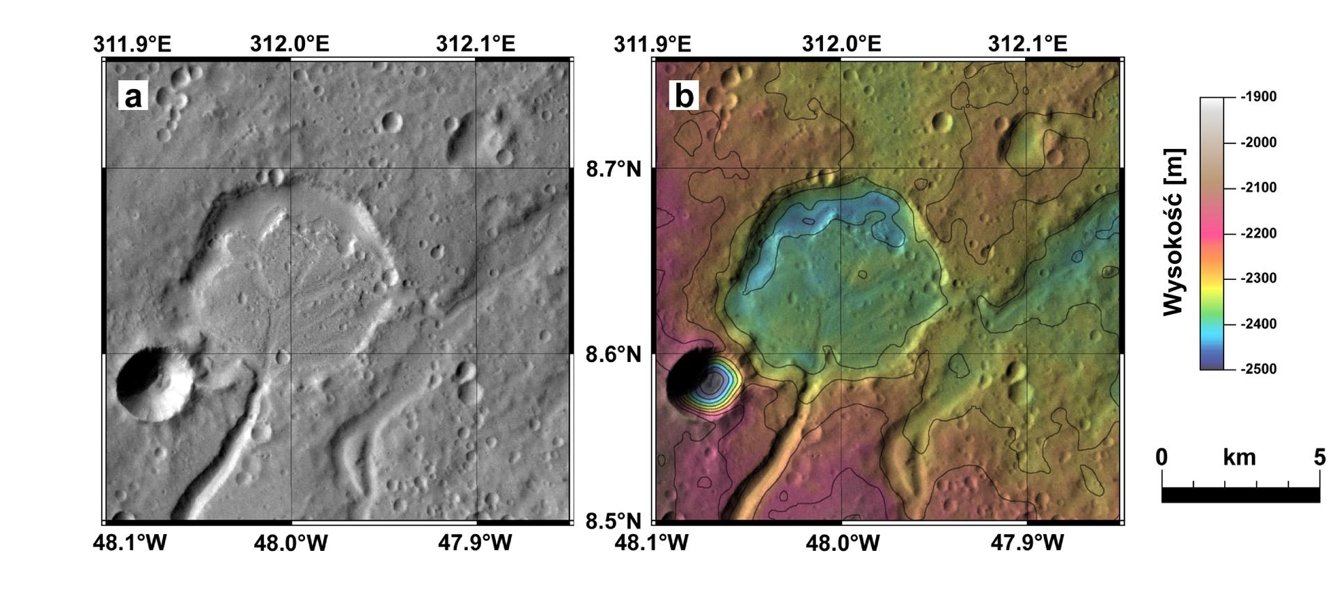 Dwa zdjęcia satelitarne tego samego terenu. Zlewej strony czarno-białe, zprawej kolorowe. Na zdjęciu okrągłe zagłębienie terenu zodnogą – doliną wkierunku południowym. Od ujścia doliny do zagłębienia wkierunku północnym widoczny stożek napływowy. Wstożku widoczne dolinki po ciekach rozchodzące się deltowato wstronę największego zagłębienia. Obok mapy kolorowej legenda zwyjaśnieniem kolorów użytych na mapie. Kolory obrazują wysokość wmetrach.