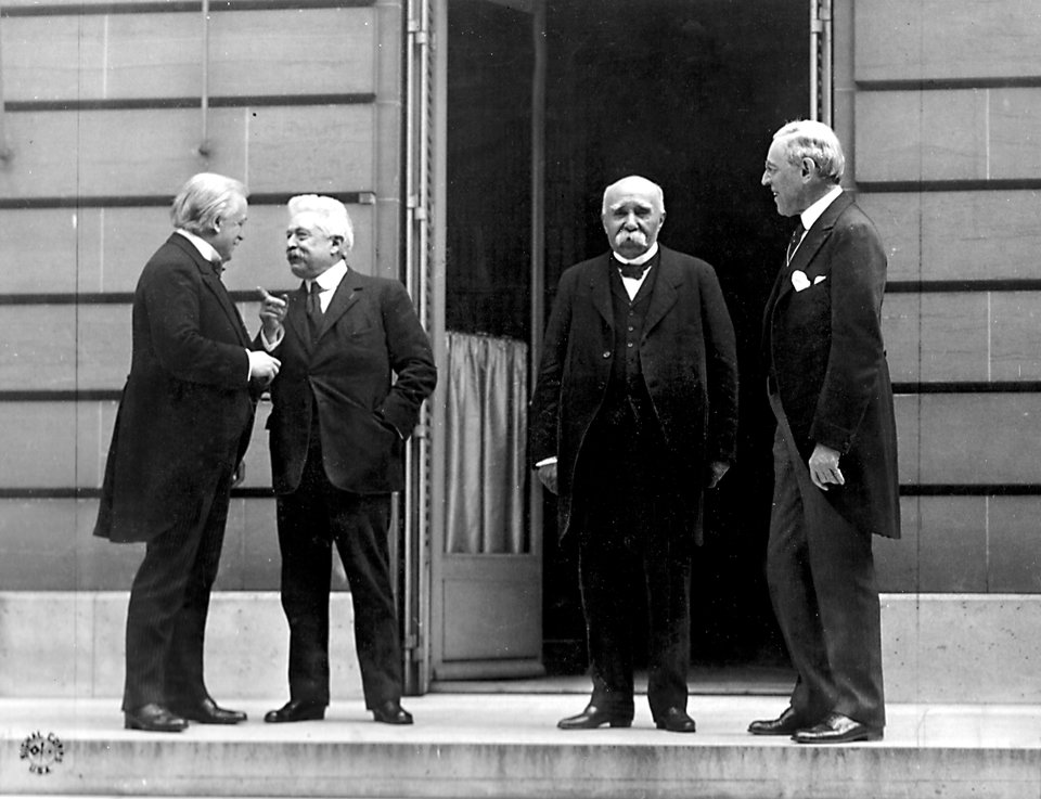 Od lewej: David Lloyd George, Vittorio Emanuele Orlando (Włochy), Georges Clemenceau, Thomas Woodrow Wilson Źródło: Od lewej: David Lloyd George, Vittorio Emanuele Orlando (Włochy), Georges Clemenceau, Thomas Woodrow Wilson, Fotografia, domena publiczna.