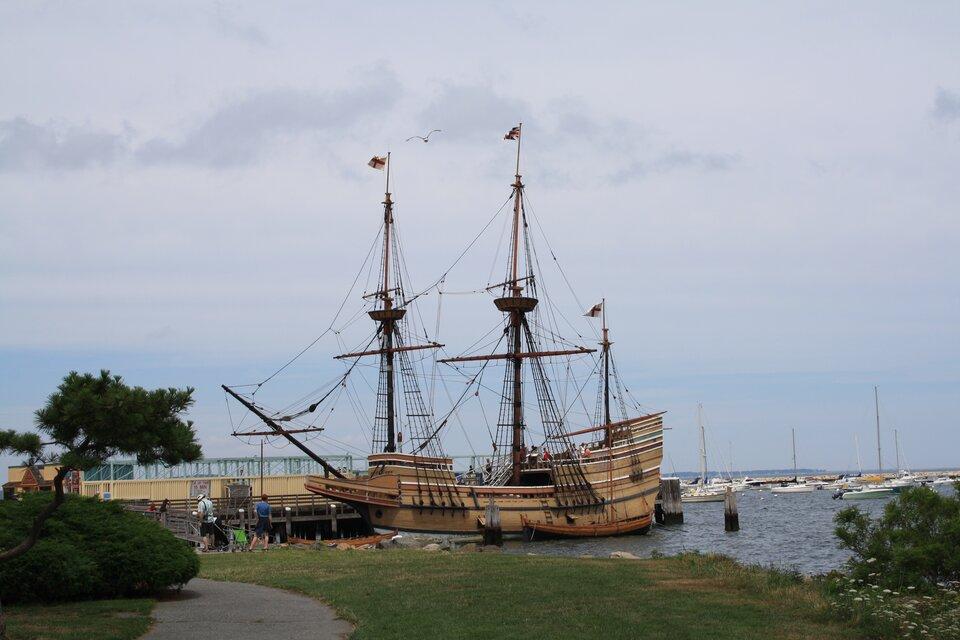 Na zdjęciu statek przy brzegu. Żaglowiec, puste maszty bez żagli.