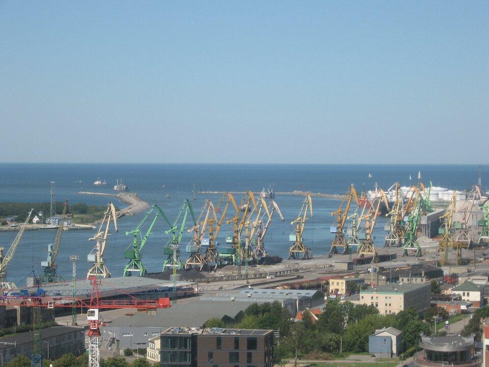 Na zdjęciu nabrzeże, zbudowania portowe, kilkanaście dźwigów portowych.
