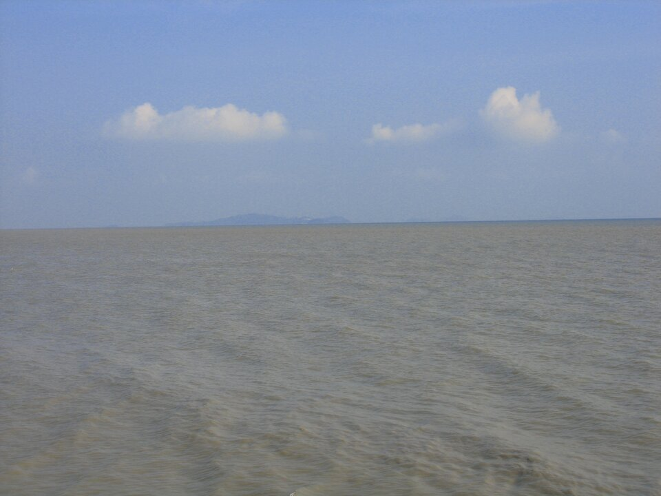 Na zdjęciu zbiornik wodny, daleko wtle ląd.