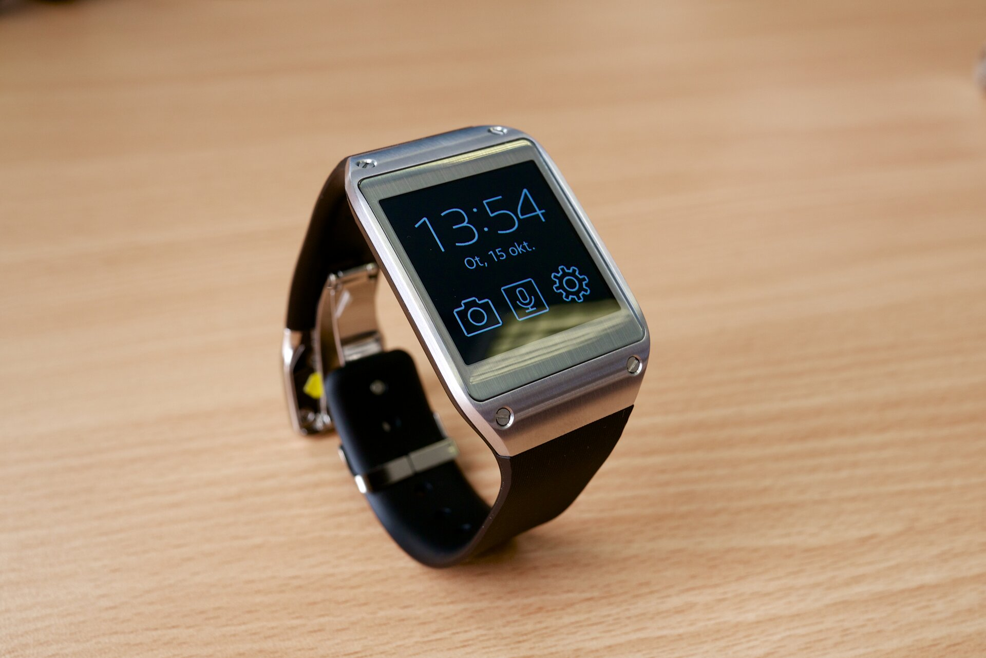 Fotografia przedstawia zegarek kwarcowy naręczny.